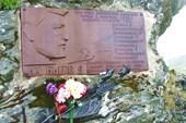 02 Памятная табличка на скальном останце перевала Дятлова