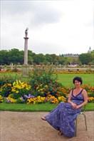 В Люксембургском саду-город Париж
