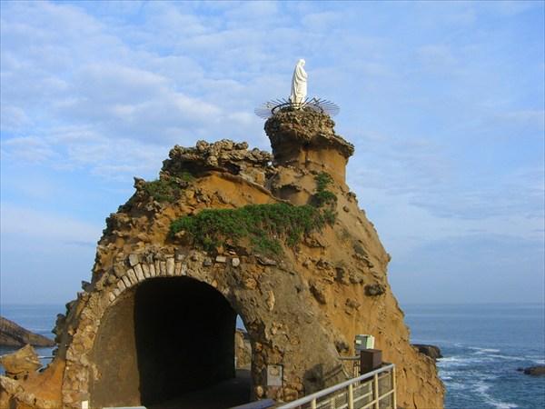 Очень удачное расположение скульптуры на берегу океана...