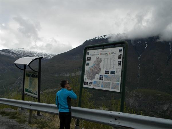 Водитель разглядывает карту коммуны