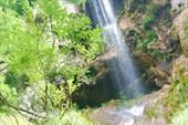 Водопад вытекающий из Монаховой пещеры