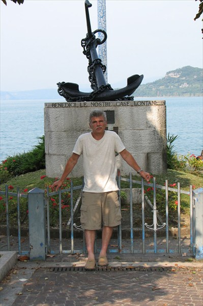 У памятника на набережной городка Гарда