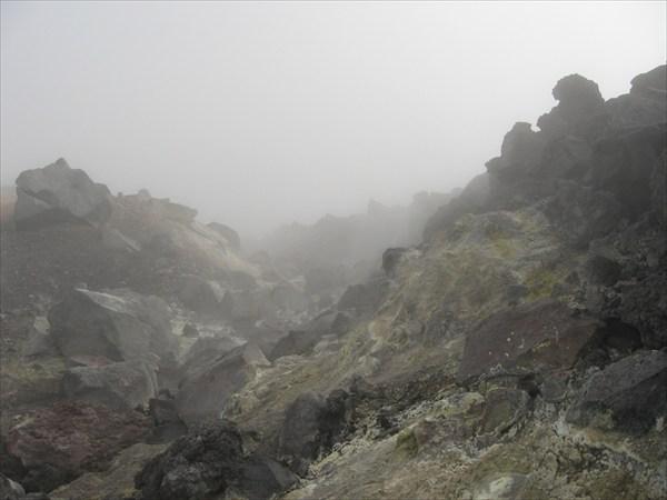 Лавовая пробка (справа) и борт кратера (слева)