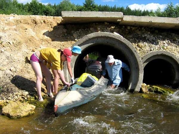 на фото: 13 июля 2008. Река Сережа. Сквозь бетонные трубы.