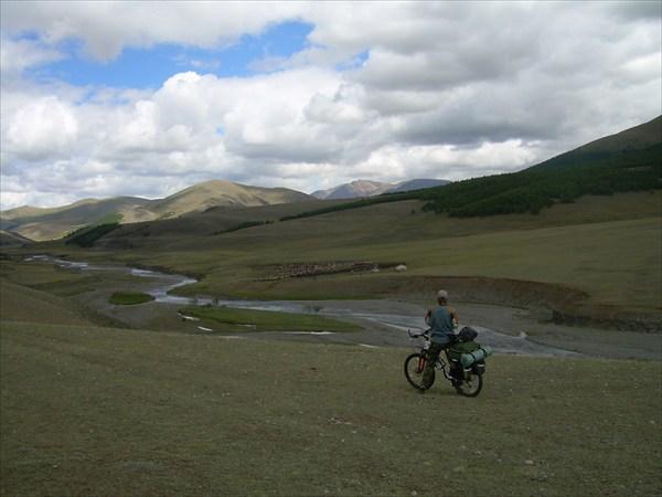 18. Юрты в долине р. Бугузун.