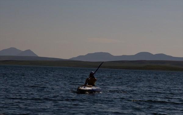 По озеру Нгосавэйто. Вдалеке горы Полярного Урала..