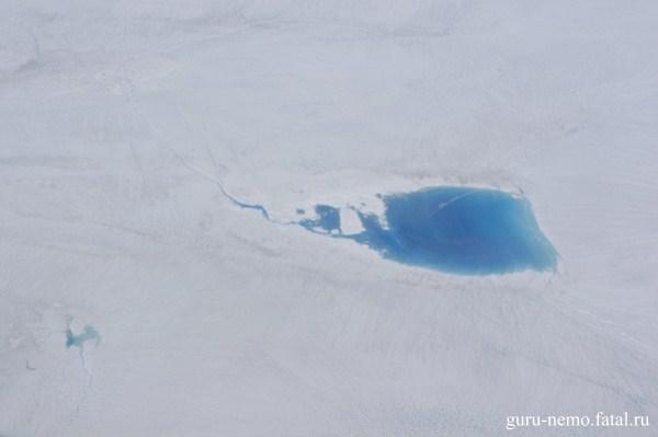 Озёро на ледяном щите Гренландии.