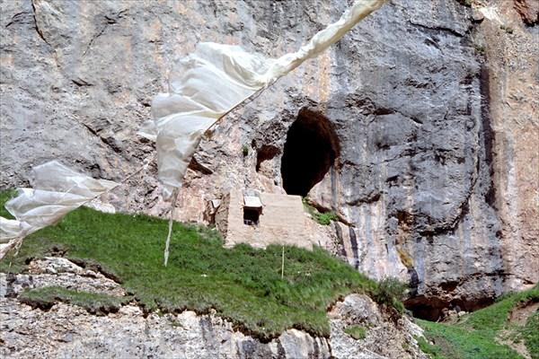 Обитель монаха на неприступной скале у реки