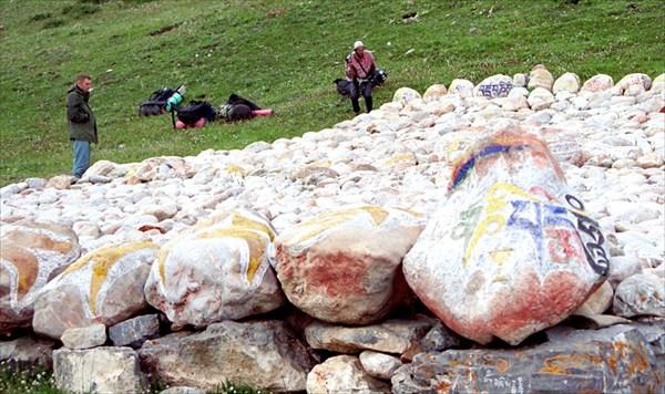 Все камни плотно исписаны мантрами