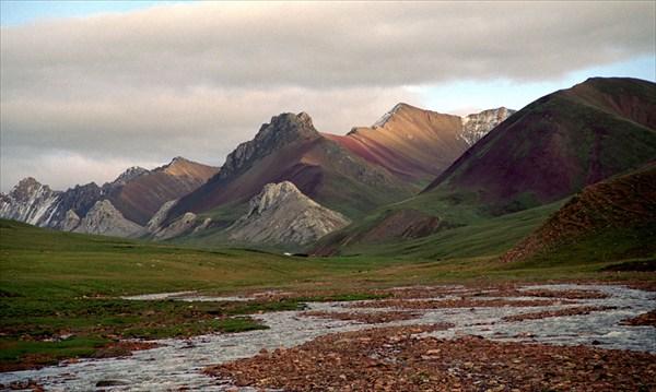 Удиветельные разноцветные горы Тибета