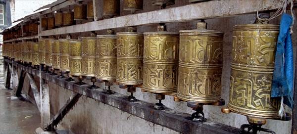 Молитвенные барабаны возле Поталы