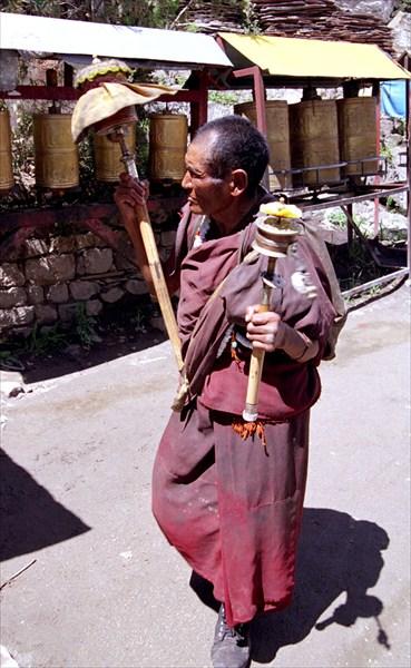 Тибетцы с вращают барабан с мантрами