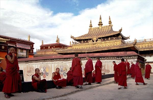 Монахи монастыря Джоканг