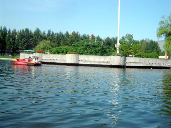 В дальней части парка есть небольшой водоем, где вы можете покат