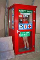 Алёна в будке с аварийным телефоном в туннеле