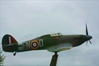 Истребитель Hawker Hurricane перед музеем