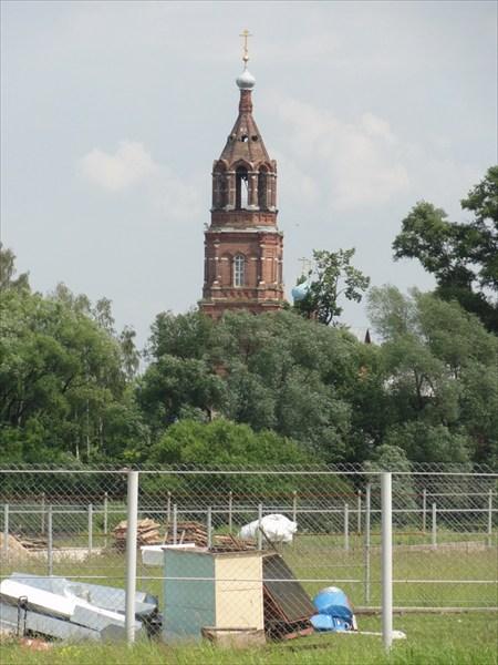 А это Гора и церковь там.