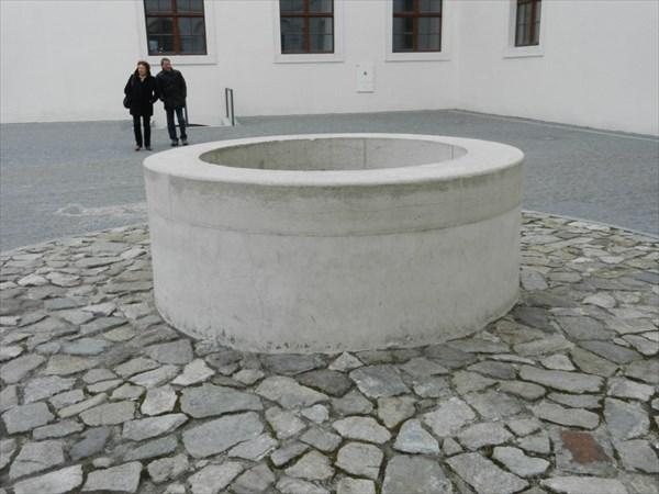Вот, что находится в центре внутреннего двора Града