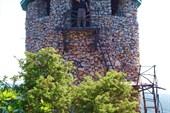 Подняться в часовню монастыря можно по кипарисовой лестнице