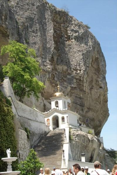 Вход в Свято-Успенский пещерный монастырь
