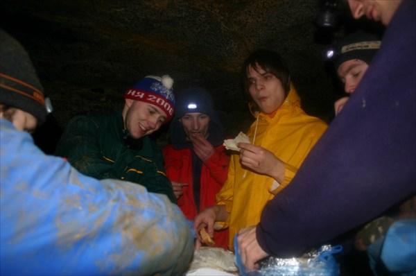 Перекус в гроте в Никитских каменоломнях