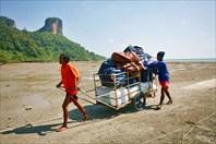 На восточную часть на лодках привозят из Краби-тауна провизию