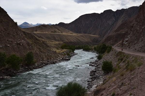Дорога вдоль горной речки