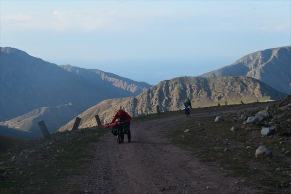 Вдалеке виднеется озеро Иссык-Куль