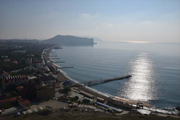 Вид с Генуэзской крепости на набережную Судака