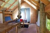 Внутри есть печь, столы, скамейки, раковины и даже спальник!
