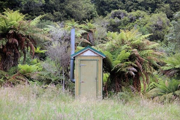 На отшибе стоит туалет - с туалетной бумагой и жидким мылом