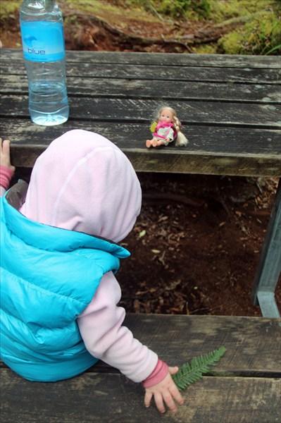 Сидят с куклой, занимаются ботаникой.