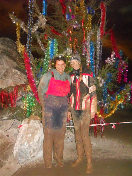 Ёлка простояла в пещере 4 года благодаря микроклимату )