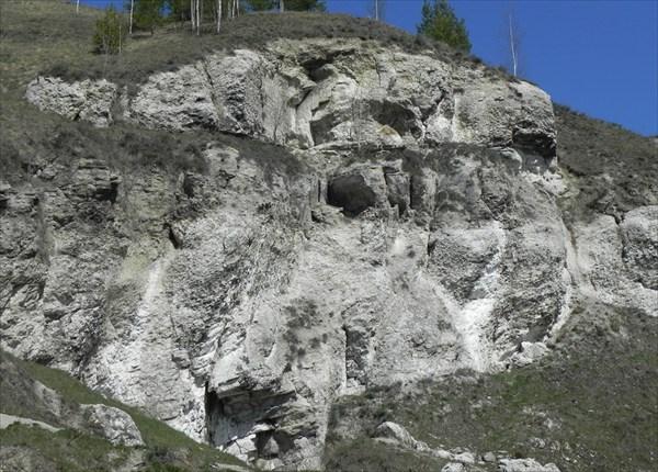Внизу старый лаз в пещеру