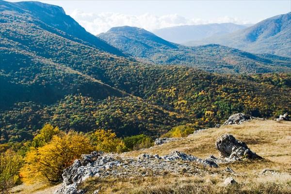 Вид с севера на Демерджи, Эльх-Кая, Бабуган и Чатыр-Даг
