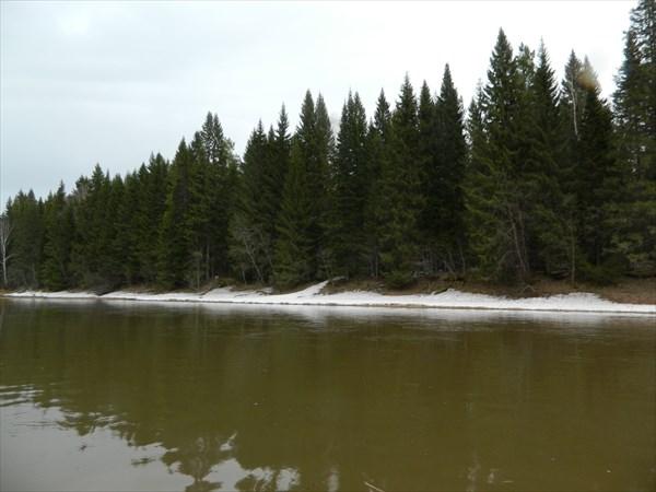 На берегах еще снег