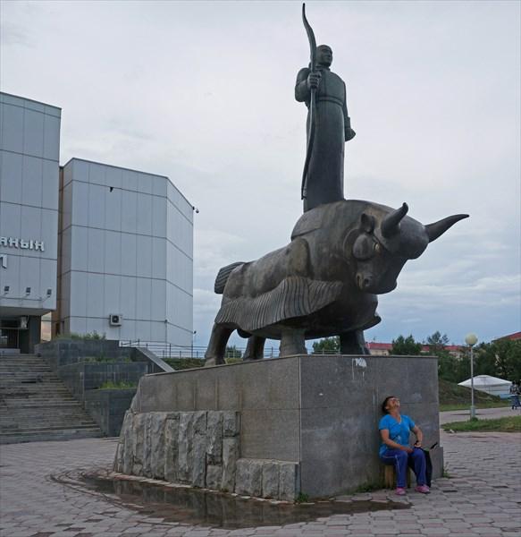 Скульптура около Национального музея