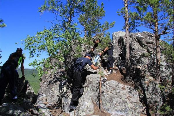 Забираемся на скалу.