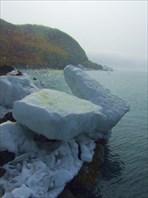 Остатки ледяных торосов на берегу