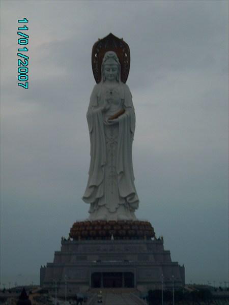 Статуя с более близкого расстояния.