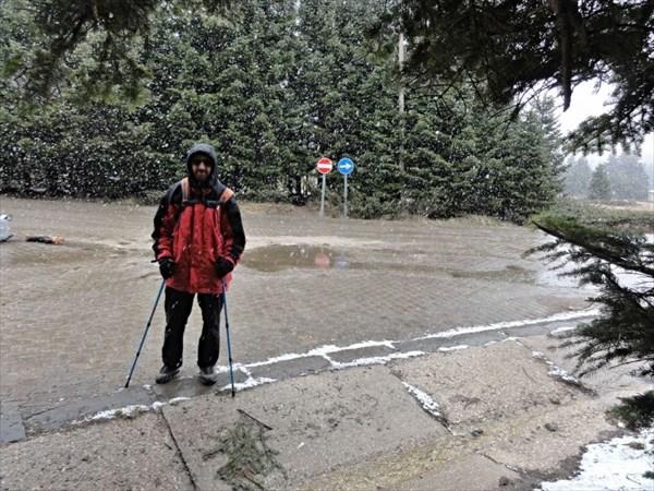 Вышли погулять на ст.Сарыалан, идет снег.
