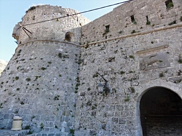 Крепостная стена с воротами