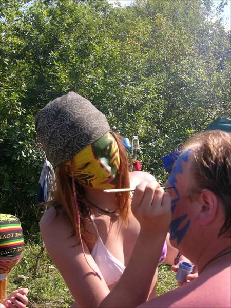 Даша рисует Олегу лицо