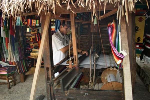 Мексиканец за ткацким станком