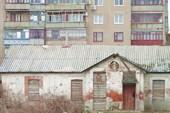 Прямо рядом с жилыми многоэтажками могут быть брошенные строения