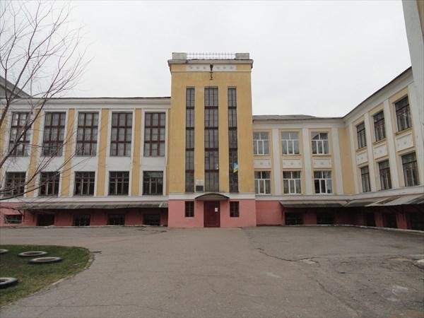 Школа в раннесталинском конструктивистском стиле