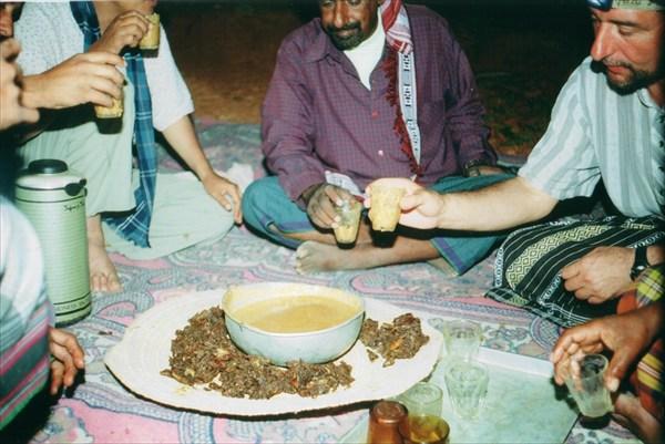 Кукурузная каша в стаканах и финики