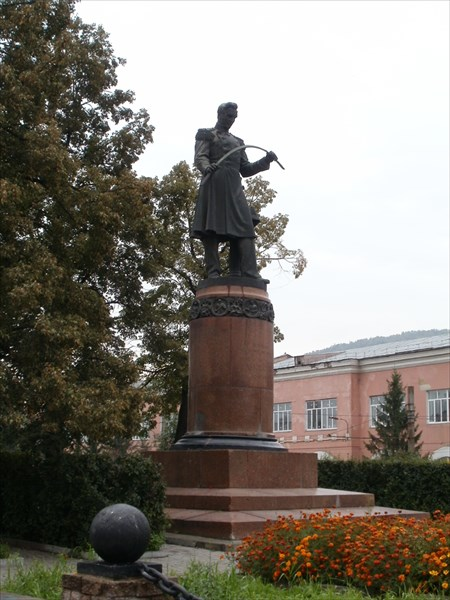 Памятник Аносову на городской площади